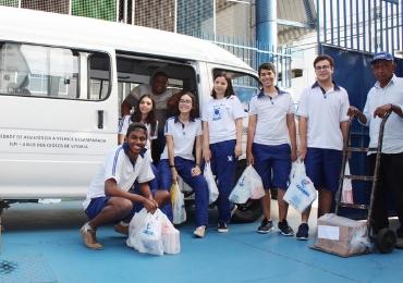 Estudantes doam 14 mil litros de leite a instituições sociais