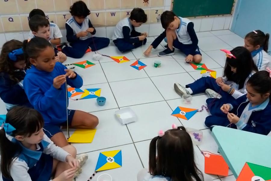 Infantil V se diverte e aprende em atividade com pipa